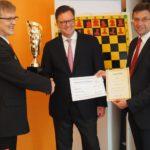 Übergabe durch den Präsidenten des Deutschen Schachbundes Herbert Bastian